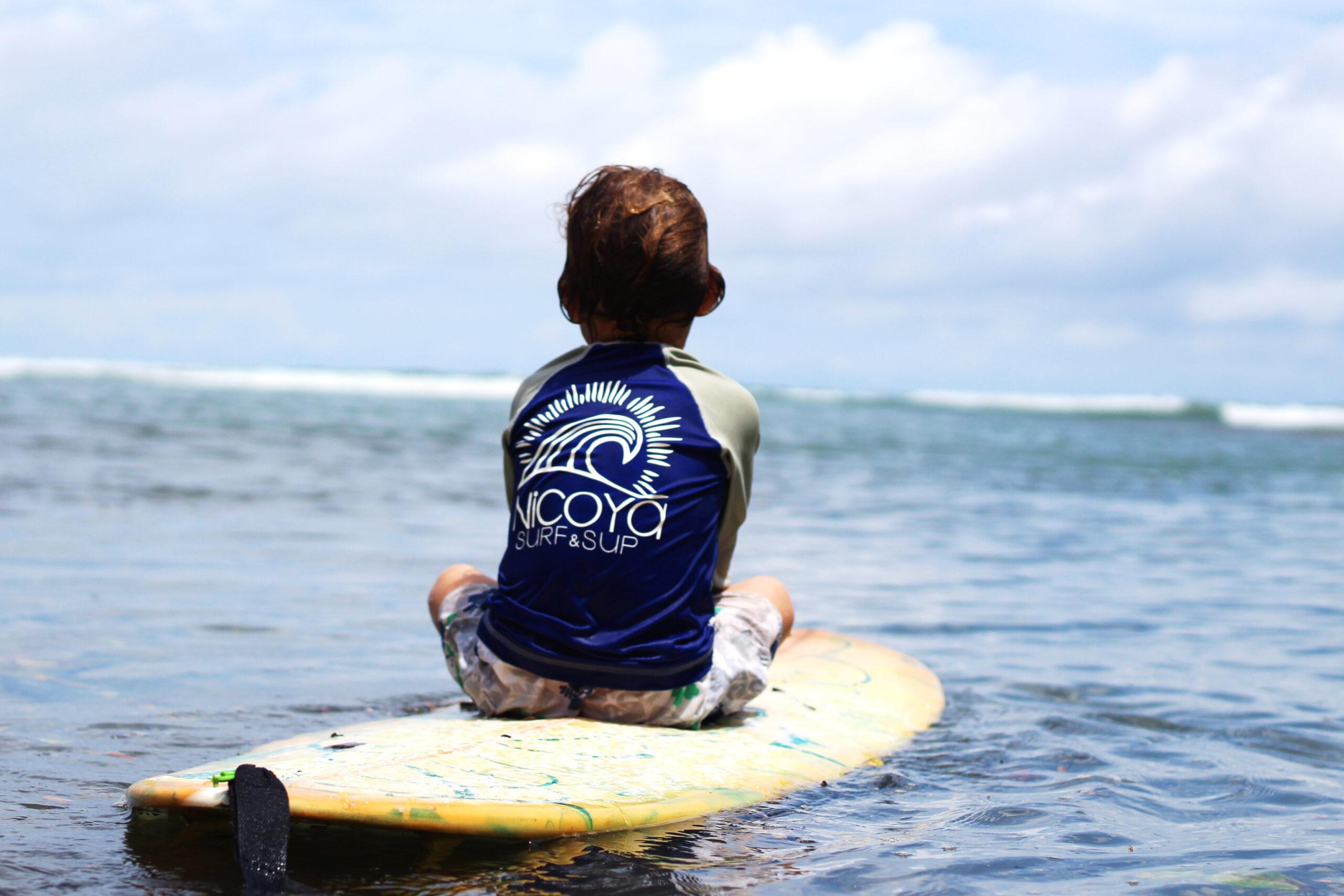 clases de surf para niños en una playa segura y perfecta para que los niños aprendan a surfear